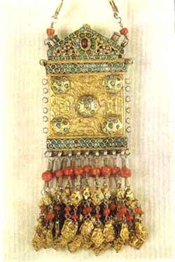 Бутун-тирнок – височно-наушная подвеска. Серебро, коралл, бирюза. Босма, филигрань, золочение.
